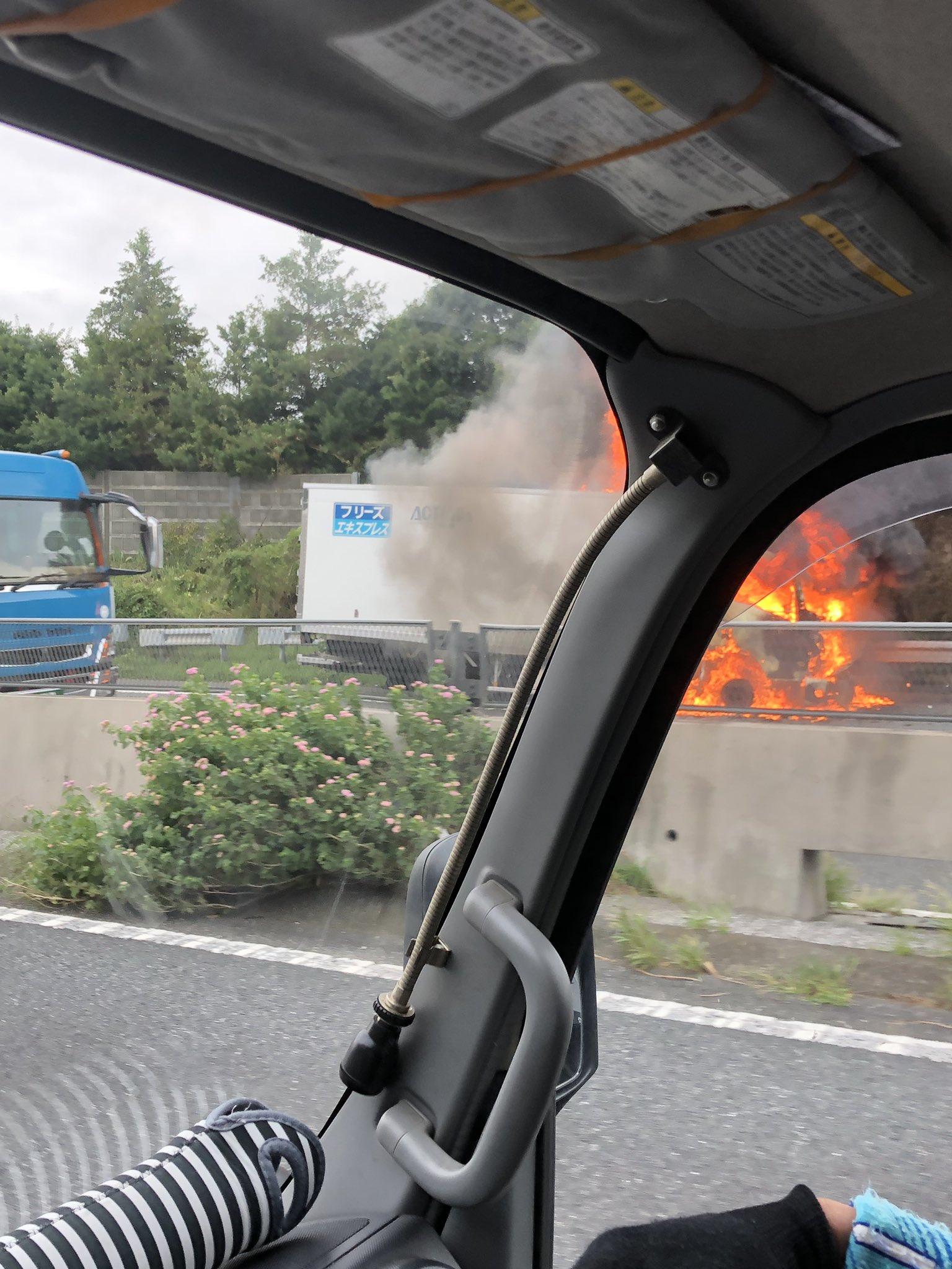 保土ヶ谷バイパスでトラックの車両火災が発生している現場の画像