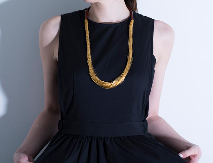 純金糸と漆が表情豊かに輝く。「絲 tabane」の繊細なアクセサリー