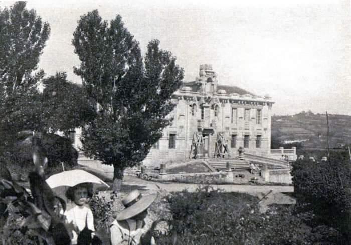 🏨 O antigo asilo Manuel Naveira pouco antes de ser rematado. 📍 #Betanzos #ACoruña 🗺️ #Galiza #Galicia ⏳ 1929. 📸 As escolas da emigración. 📆 #13deSetembro 📅 #FelizVenres #FelizViernes 🌇 #BosDías #BuenosDias 📤 @AyuntBetanzos @turismoBetanzos