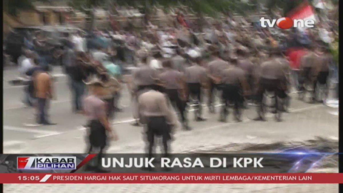 [BREAKING NEWS]: Aksi unjuk rasa di depan gedung KPK, pengunjuk rasa bentruk dengan aparat keamanan. Dapatkan berita terkini hanya di tvOne & streaming tvOne connect #BreakingNewstvOne #tvOneNews