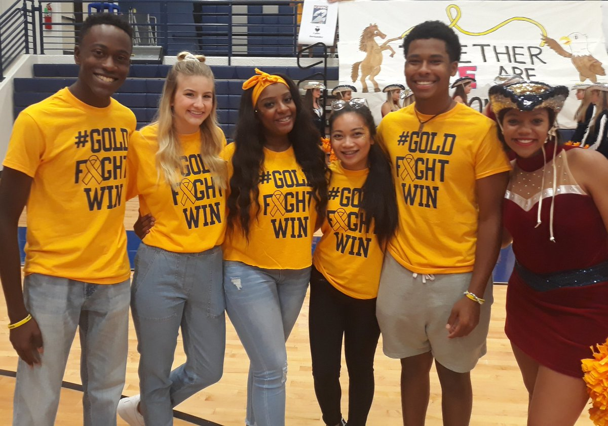 AHS Student Council fighting cancer at 5am.  Special thanks to Christian, Kylee, Trinity, Zoe, Jahar, and Sharmaine. #TheAWay #GoldFightWin @HumbleISD<br>http://pic.twitter.com/nDpLj1AYby