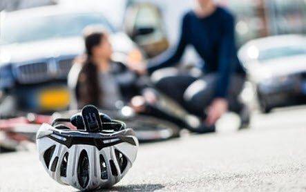 Amigo ciclista 🚴♂️ utilice siempre su casco abrochado, este elemento podría salvarle la vida. #SeguridadVial