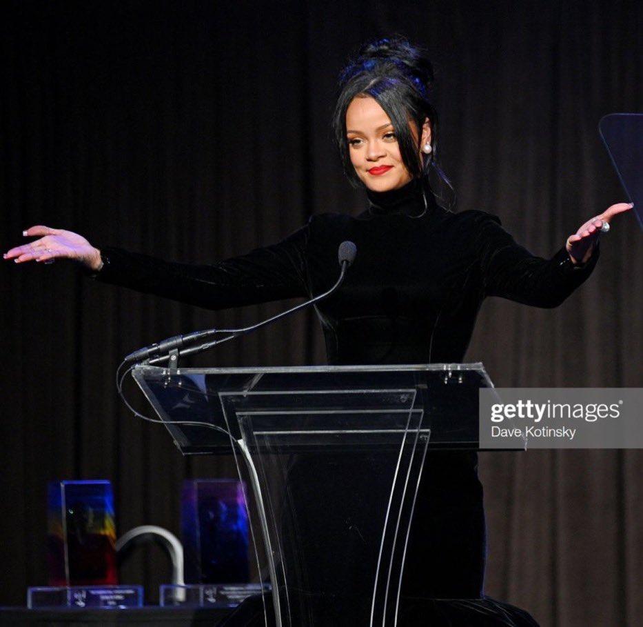 Gotta love a business lady's speech pose @rihanna