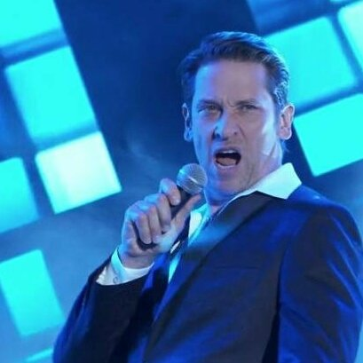 Happy birthday to the talented Roger Howarth! Hope your day is something to sing about!