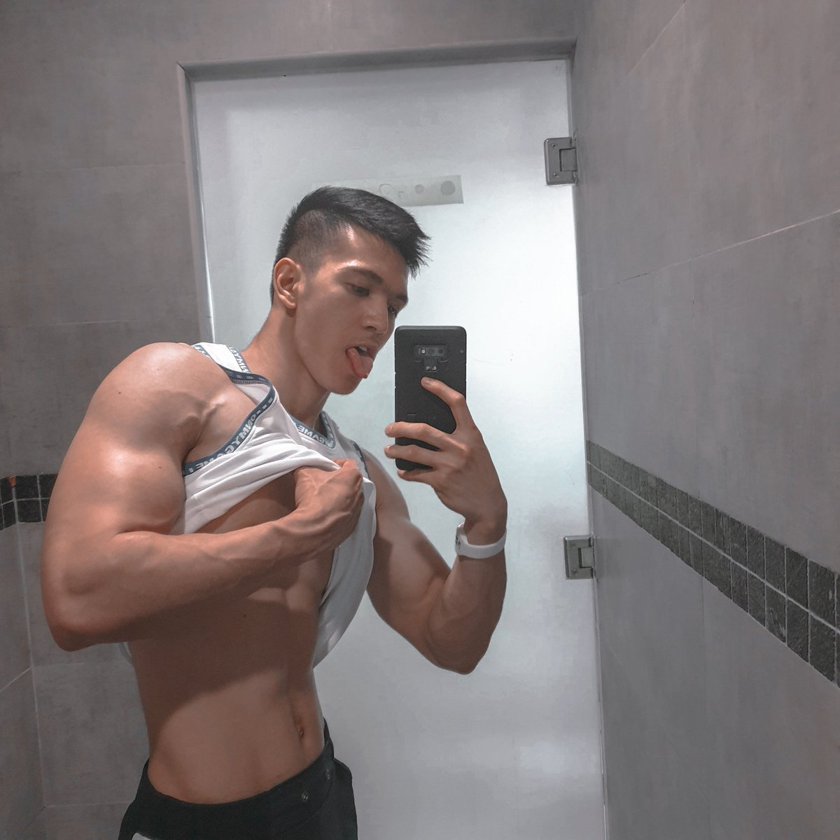 WEEKEND FEELS VEINS  Tops From|@omg_sportswear•Check Thier Instagram Account For More Sportswear   #omg #omgsportswear #malaysia #malaysian #sportwear #sportwearshop #gymmotivation #gymmemes #gymlife #gymclothes #dubailife #dubailife #dubaiigers #selfie #mirrorselfie<br>http://pic.twitter.com/jx9brNkAab