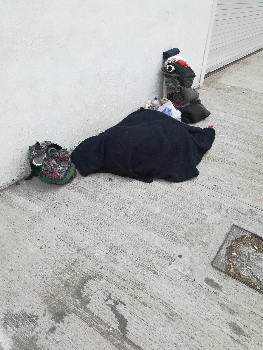 Así de eficientes las autoridades del @DIFEM_ delegación Chalco hemos reportado a este indigente para que sea apoyado y llevado a algún centro y hoy sumamos ya el tercer día y nada de apoyo.