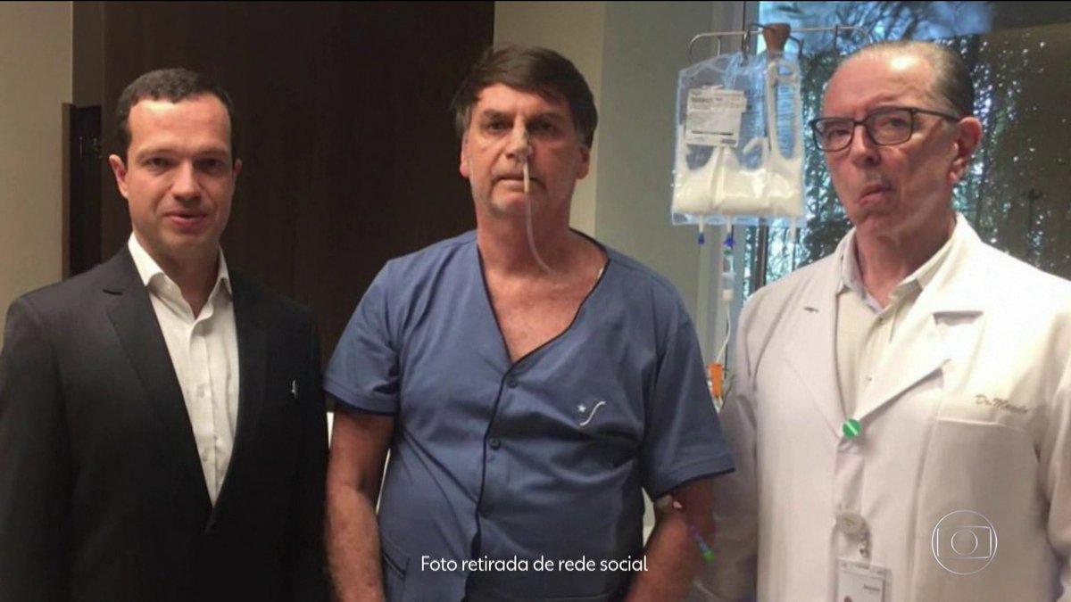 O governo anunciou que o presidente Jair Bolsonaro vai ficar afastado da Presidência por mais quatro dias para se recuperar da cirurgia feita no último fim de semana. Enquanto isso, o vice, Hamilton Mourão, segue como presidente em exercício: http://bit.ly/2ZXJ98U #BomDiaBrasil