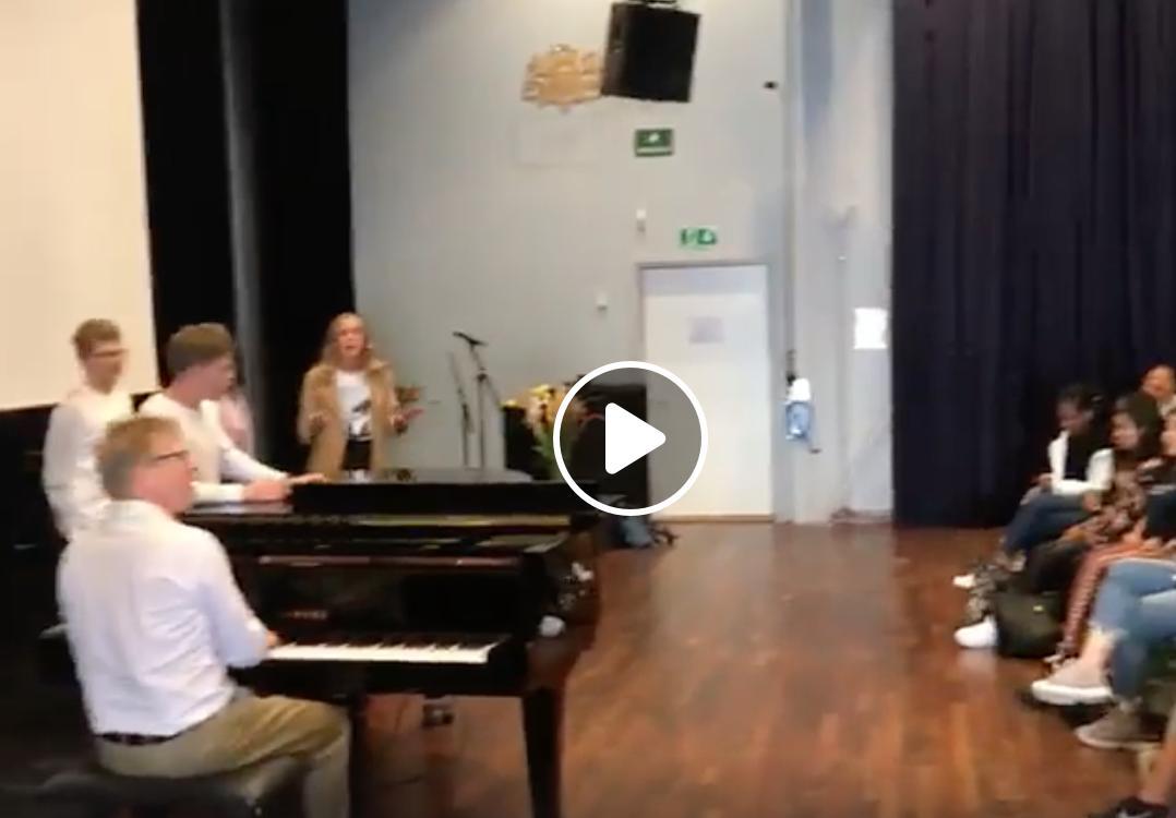 #Fanfriday 👏 We love this Queen singalong with Øystein Fevang in Norway 👇 facebook.com/sjefsdirigente…