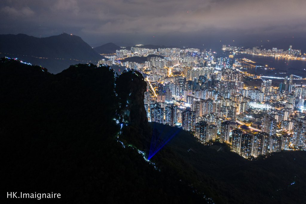 (13/9, Lion Rock) Tonight, not only the full moon lights the sky, but also #laser and light beams. Hundreds climb up #LionRock and #VictoriaPeak to form #HumanChains during #MidAutumnFestival. IT'S LIT  . Cr: @felix_image at @HK_Imaginaire . #HongKongProtest #HongKongWaypic.twitter.com/zw6oKSkE8B