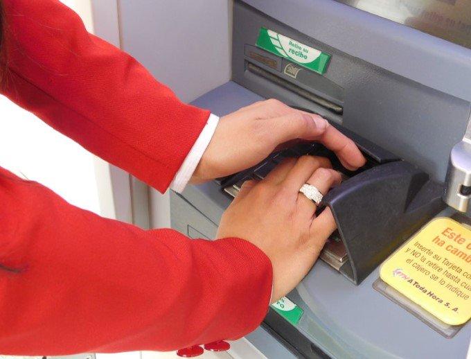 Asegúrese de cubrir bien el teclado del cajero cuando realice retiros de dinero. #CeroFraudeFinanciero