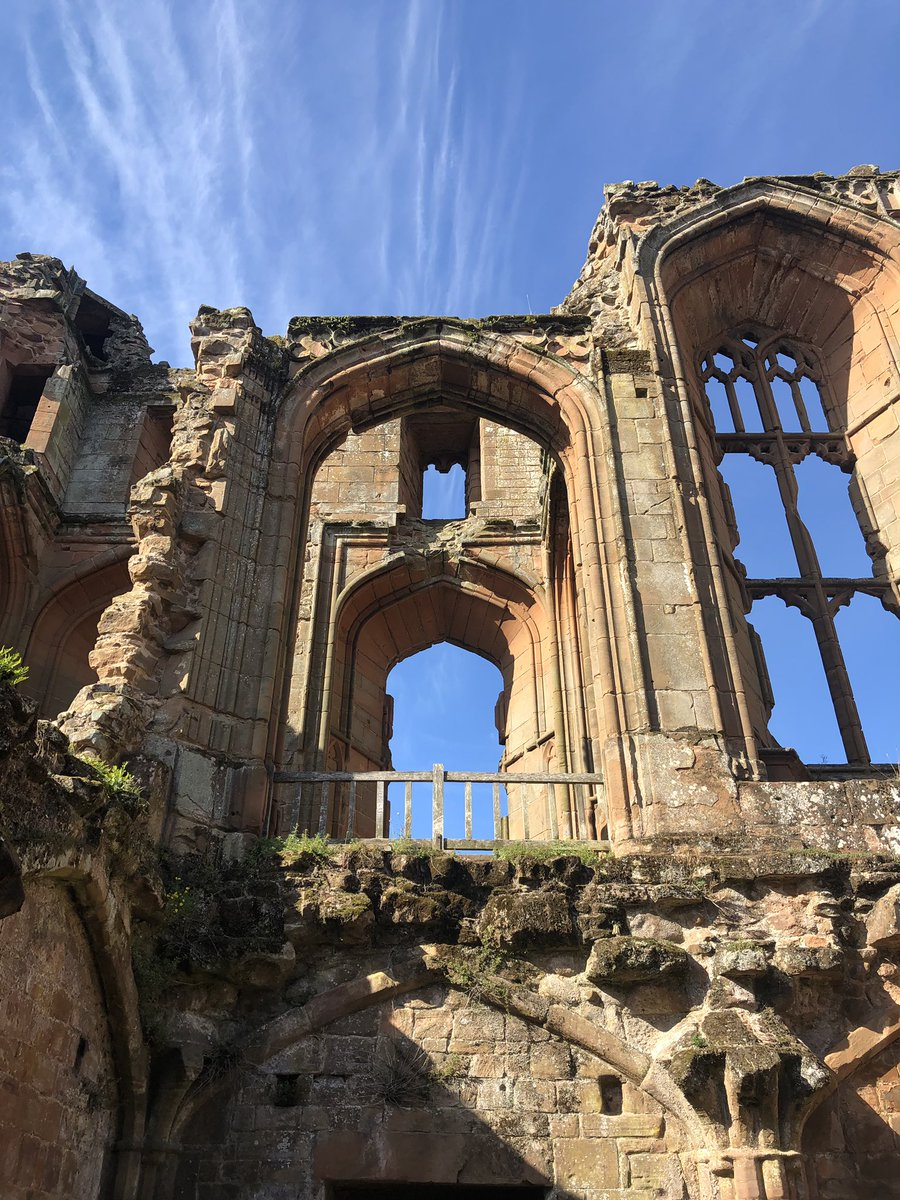 We went to Kenilworth castle today and were so happy to see it in the sun and with few people. John of Gaunt and Rob Dudley did a good job <br>http://pic.twitter.com/BhoUXIc6E7