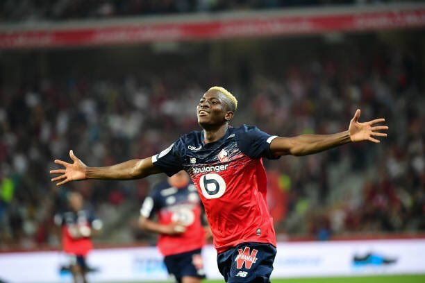 Who can stop this guy from scoring, Victor Osimhen scoring his 5th goal in his 5th game for Lille, sits ontop of the goalscorer's chat in France, he's just 21 remember. Naija is got a jewel in @victorosimhen9<br>http://pic.twitter.com/w9dzlOfIVF