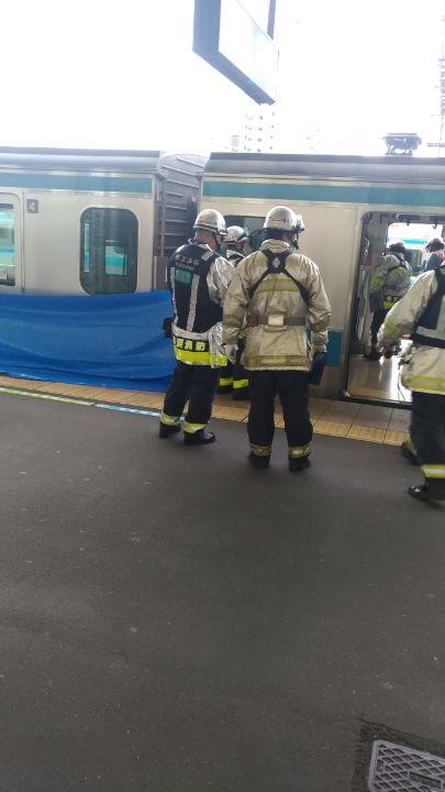 京浜東北線の本郷台駅の人身事故で救護活動している現場の画像
