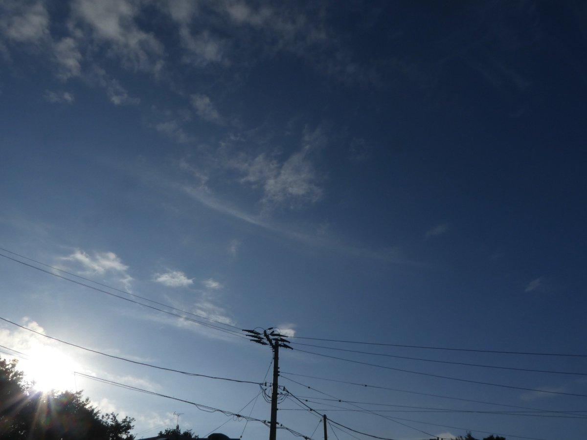 .おはようございますウイークエンドの朝は お日様久々お顔だし  庭の植物うれしそう天使も青空キャンバスに 雲さん色々描いてみた.秋らしい清々しい朝です目に映るもの総てが笑ってるようですアウトドア予定の3連休の方々バッチリねっ今日もよろしくお願いします6時半頃のお空.