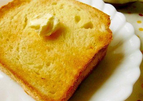 /おはようございます🙌🏻トーストにお塩をパラリ🍞塩トーストがおいしい🥰✨✨\ㅤ作り方は簡単。いつものトーストに塩をパラリとかけるだけ。かけすぎるとしょっぱくなってしまうのですこしだけですよ🍳☺️✨✨ㅤ→バターやジャムとも相性◎「塩トースト」がおいしい