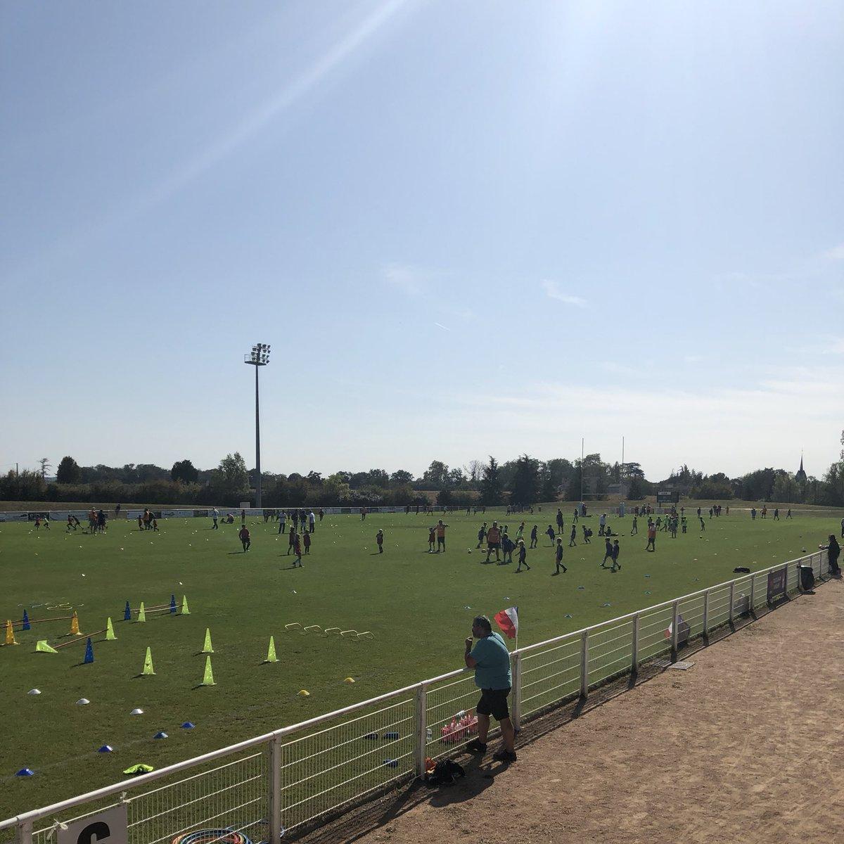 📸 Quelle matinée pour l'Ecole de Rugby du CS Villefranche Rugby ! Toutes les catégories jeunes ont pu s'entraîner sur le terrain d'honneur et sous un grand soleil ☀️ Bienvenue à tous les jeunes venus essayer le rugby grâce à la Semaine Nationale des Écoles de Rugby !