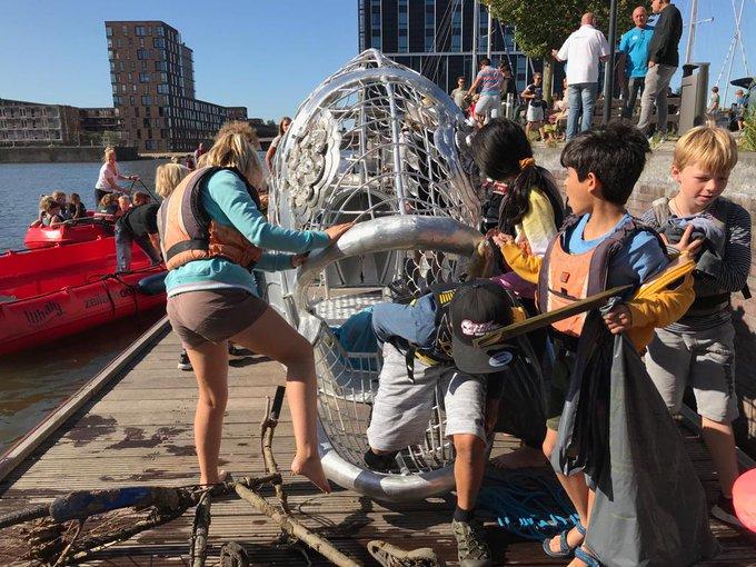 IJburgers lanceren vandaag de afval-etende vis 🐟 Ze vragen aandacht voor zwerfafval dat het water inwaait. De vis krijgt goed gezelschap.. bewoners vissen plastic uit de IJburgse wateren.   Applaus voor de IJburgers! 👏  #IJburgschoon #WorldCleanUpday
