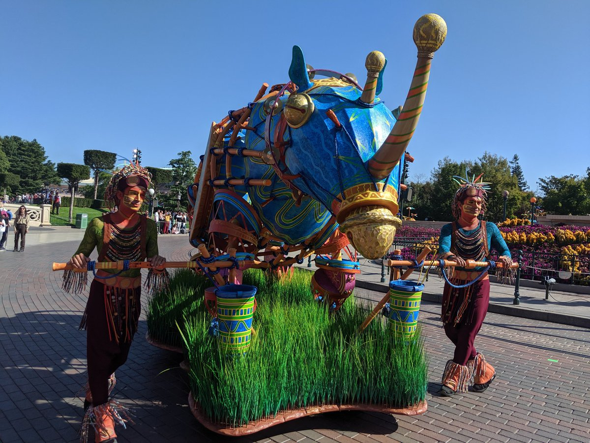 Some shots of this afternoon's performance of #JungleBookJive. More in the thread #dlp #disneyland  #lionkingjunglefestival <br>http://pic.twitter.com/yPVm0Gooa2