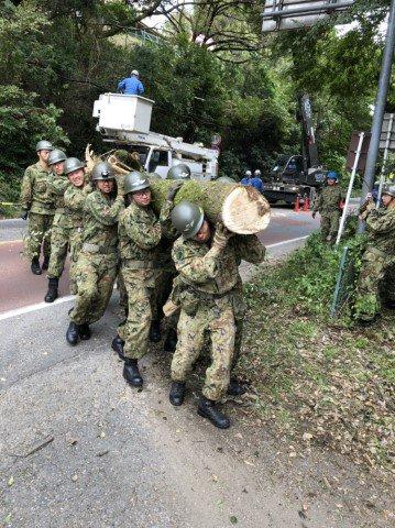 【災害派遣情報(第47報)】 本日も引き続き、千葉県内において家屋の応急処置、倒木除去、給水・入浴支援を実施しました。 明日(22日(日))の予定についても分かり次第、お知らせします。(写真は、第1空挺団(習志野)の各種活動の状況です。)#千葉県 #第1空挺団