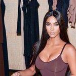 Image for the Tweet beginning: Kim Kardashian muestra su cara