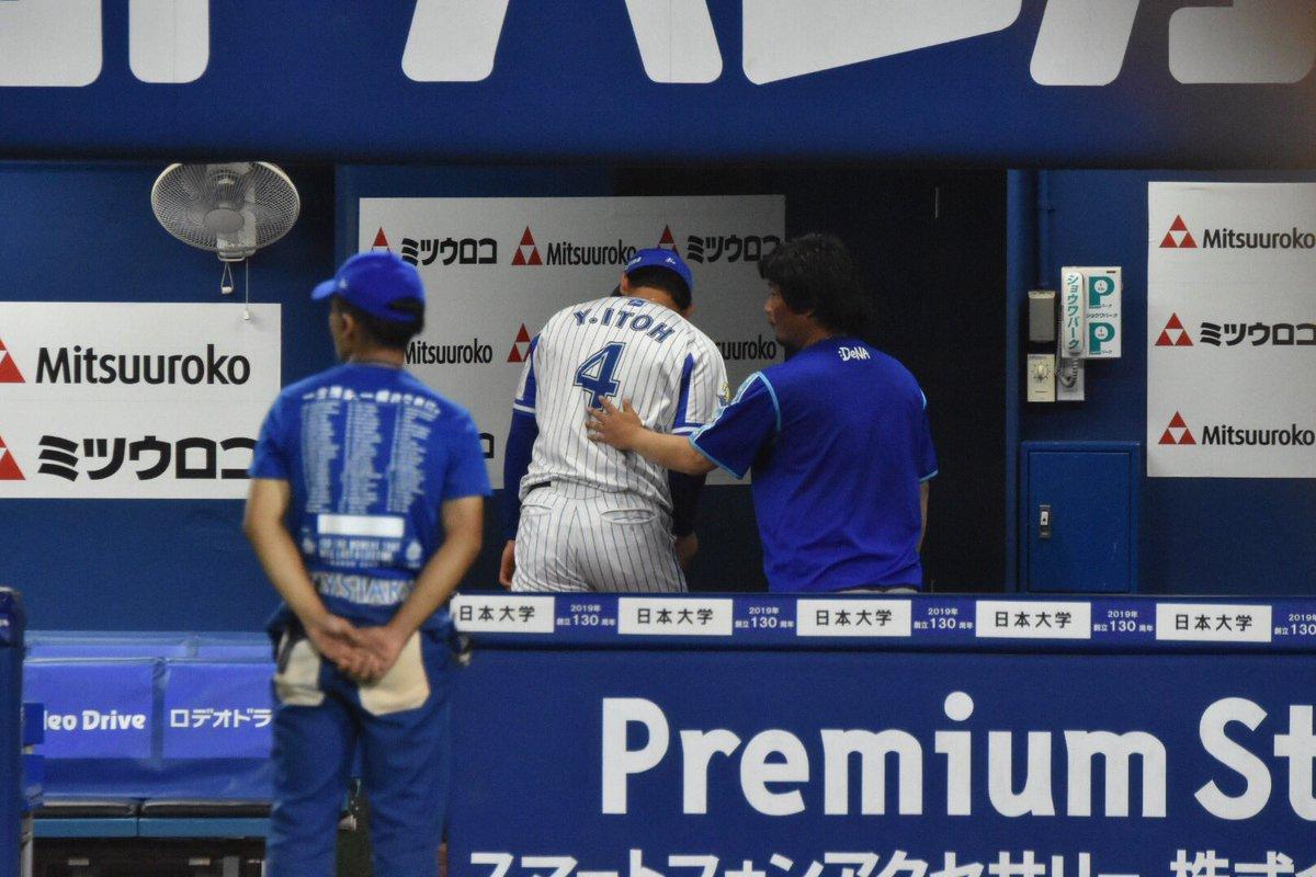【9/21横浜】最後までベンチから離れることが出来ず、スタッフに促される伊藤裕季也選手#baystars #伊藤裕季也