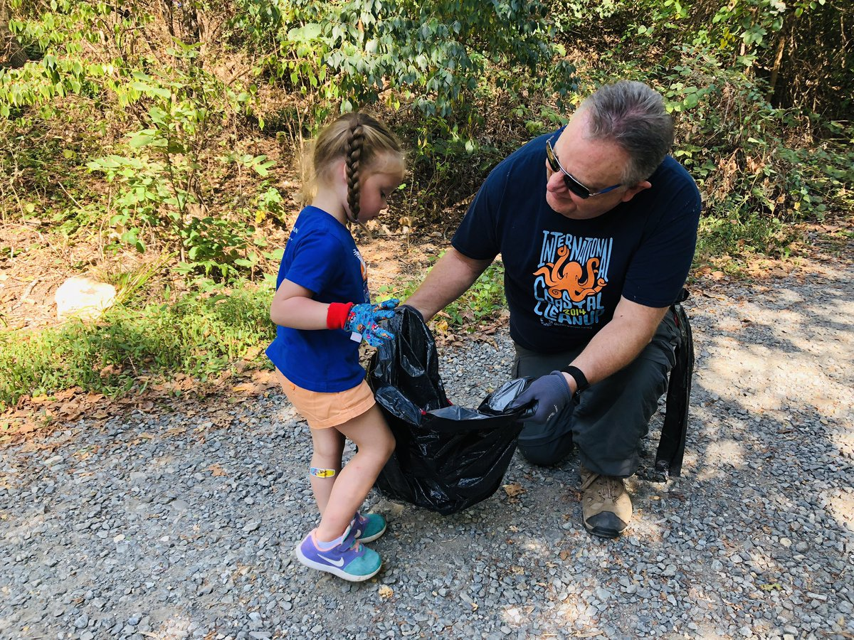 More than a thousand volunteers (big and small) are down at Kingman and Heritage Islands this morning as part of the Ocean Conservancy's annual Coastal Cleanup event. Organizers say this year they expect to pick up more than 5 thousand pounds of trash. @wusa9  #getupdc