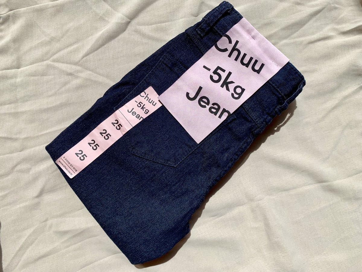 """Chuu""""−5KG JEANS""""今までずっと半信半疑だったけど、自分の脚か疑うくらい本当に綺麗に細く見せてくれるからもっとはやく買えばよかったって後悔…😭サイズも種類も豊富にあるから自分に似合うジーンズ是非試してみて欲しい〜!"""
