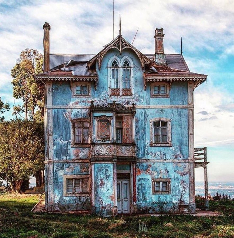 #Architecture Awesome of the Day: Abandoned Blue #Victorian House 🏠 in #Portugal 🇵🇹 via @HousesVictorian #SamaPlaces 🗺️