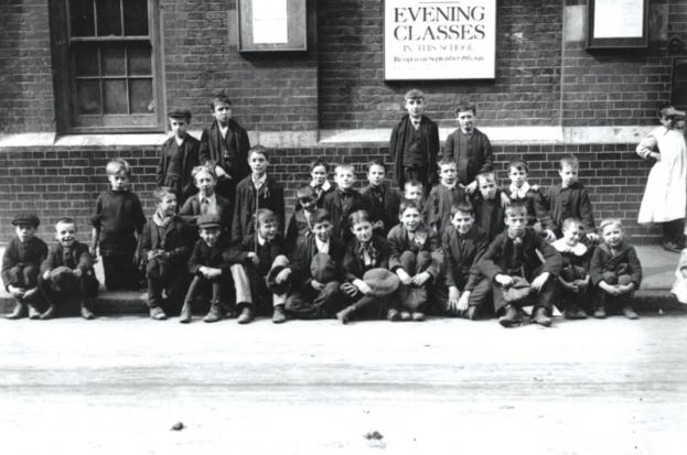 #OtD 14 Sep 1911 1000s of schoolchildren in Dundee walked out of lessons demanding more holidays and less corporal punishment. Marching armed with sticks and stones, they pulled other children out and attacked schools which were still open libcom.org/history/childr…