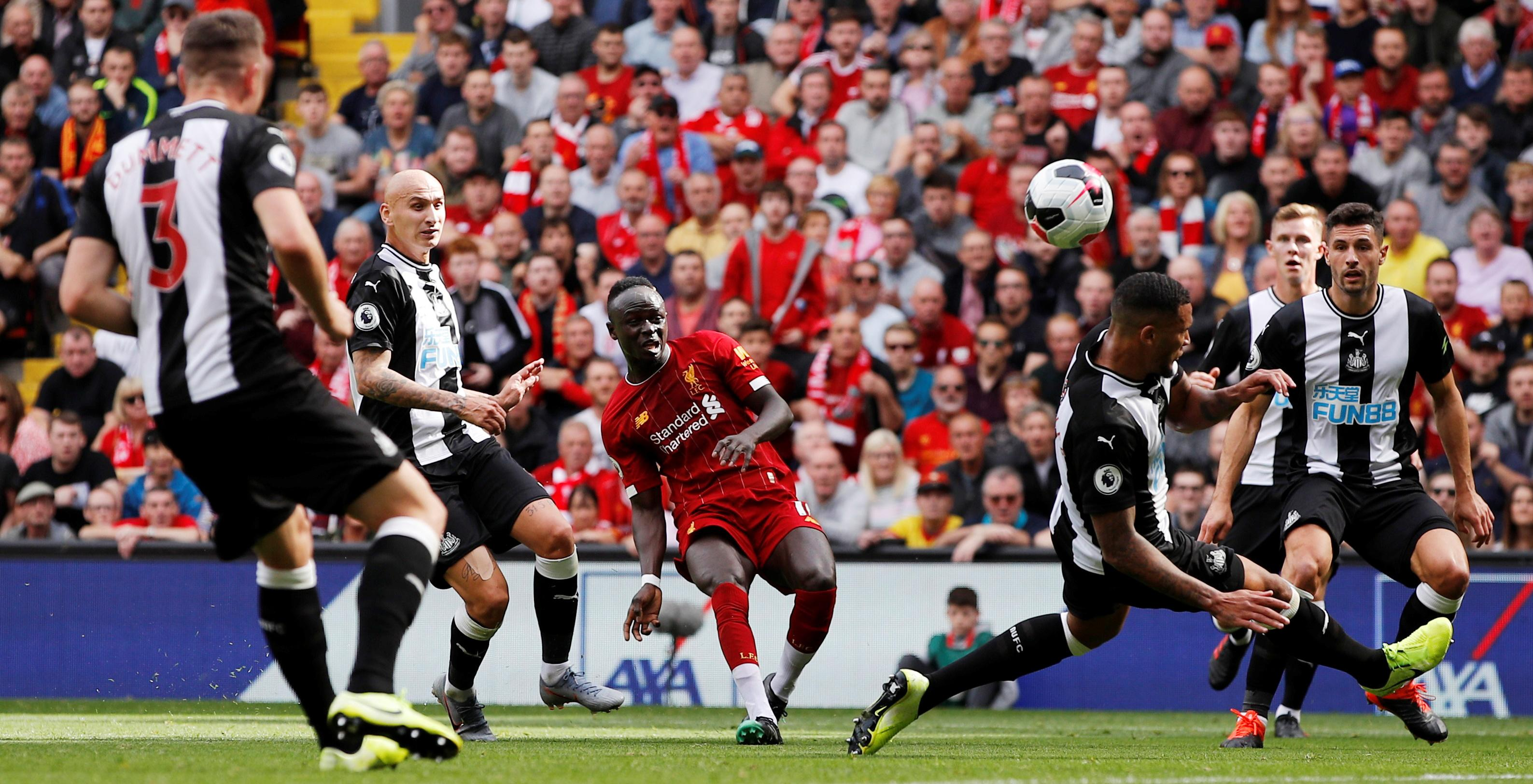 ليفربول يغرد في الصدارة بعد فوزه الساحق على نيوكاسل يونايتد وماني يتالق في الدوري الانجليزي