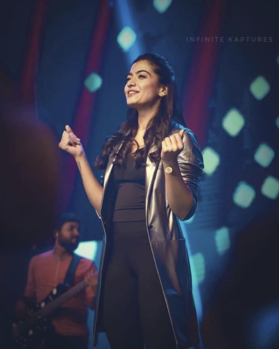 There was a flood of Queen @iamRashmika's photos from #DearComradeMusicFestival when it happened that it was hard to really see each photo & deeply absorb the good vibes emitting from it. Well, now looking at it one-by-one in retrospect feels fantastic.  #RashmikaMandannapic.twitter.com/eYFtdk7e45