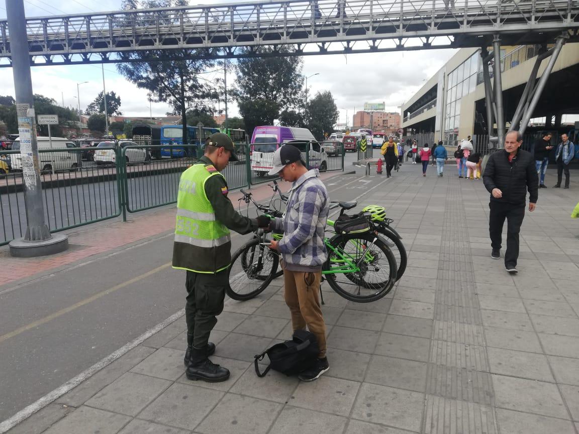 Por su seguridad estamos en cada tramo de las ciclorutas, planes de registro, sobre la  autopista sur  altura del @TerminalBogota.Realizando acompañamiento a los usuarios y transeúntes. #Bosa #CicloRutasSeguras #TodosContraElHurto