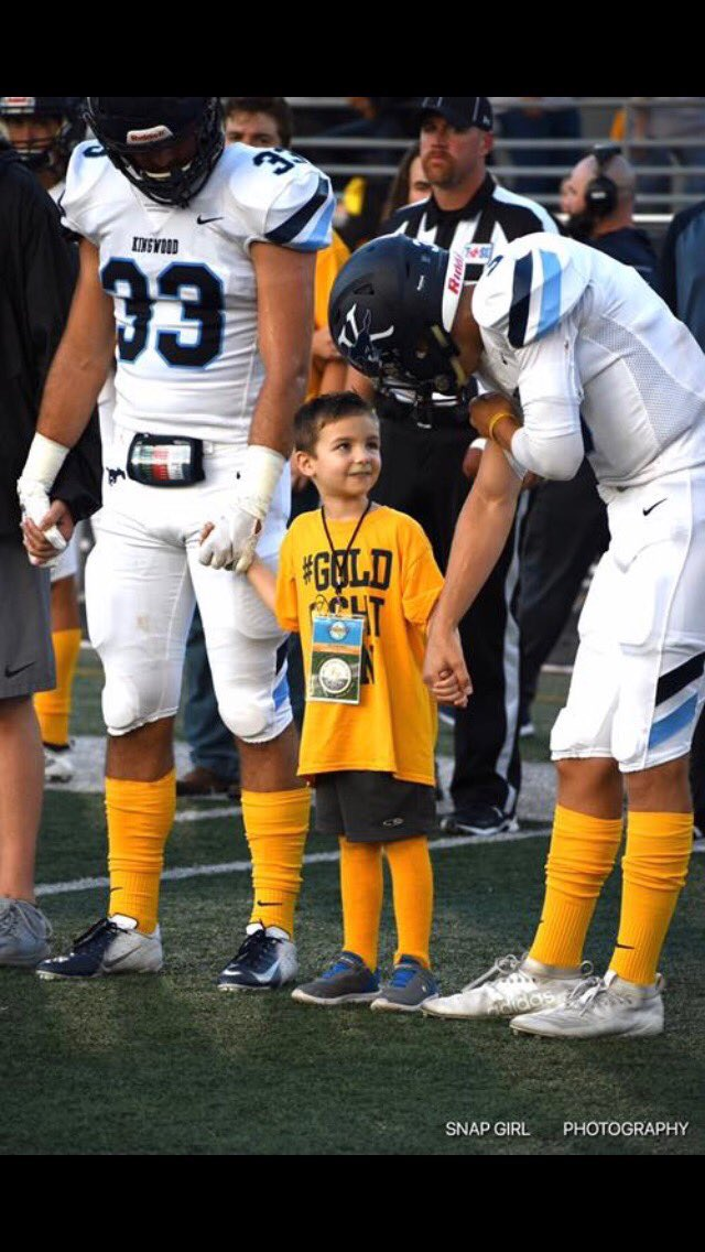 Another INSPIRING image from last night's game. Cardinal kindergartener Sawyer with former Cardinal Hemphill (#33) and KHS QB Wall (Mrs. Wall's son!) #GoldFightWin @HumbleISD_Ath @KHSMustangFBall @HumbleISD_KHS<br>http://pic.twitter.com/Hk4aBogPyT