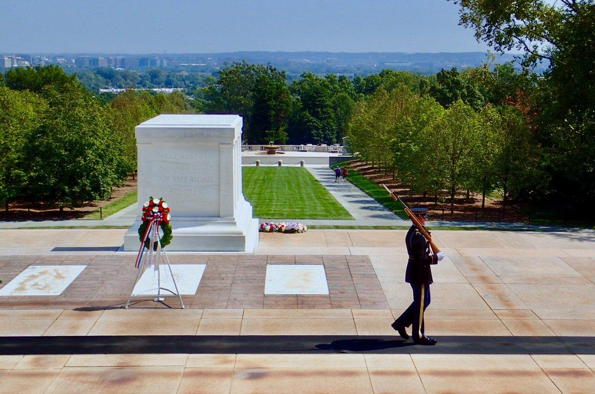 9.11記念日、ワシントンD.C.のアーリントン墓地を訪れた。  周囲のビルに追憶の半旗が掲げられていたのが、とても印象的だった。  写真は、無名戦士の墓のガードと硫黄島記念碑。