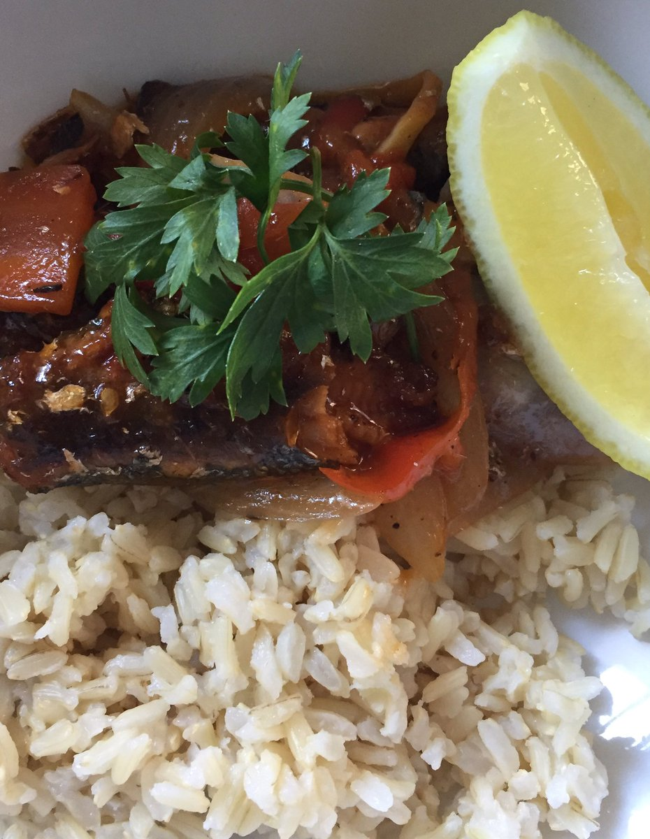 My lunch on a warm Saturday weekend.555 sardines and brown rice!<br>http://pic.twitter.com/olxh74uR4O