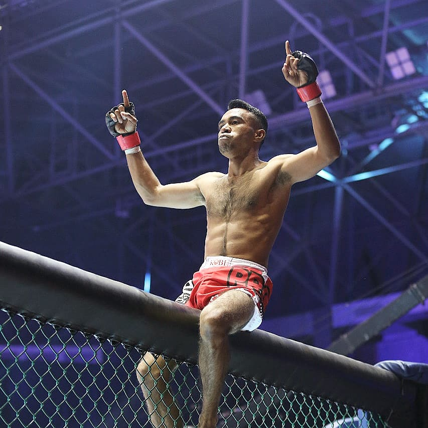 Syarjan berhasil menang dalam perbaikan peringkat untuk kelas atom melawan Nando dengan kemenangan TKO, menggunakan teknik ground and pound di ronde pertama#OnePrideProNeverQuit31