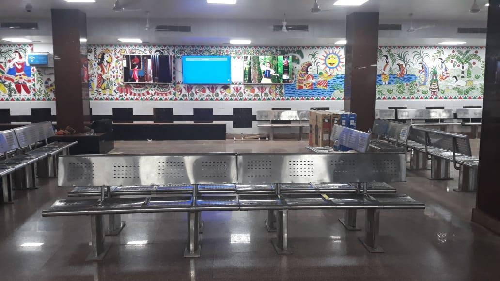 पटना रेलवे स्टेशन पर बना आधुनिक सुविधाओं से भरपूर नया वेटिंग हॉल।मधुबनी पेंटिंग्स से सजा, LED से जगमगाता, मनोरंजन और ट्रेन इनफार्मेशन के लिए डिजिटल स्क्रीन की सुविधा, तथा पूरी तरह वातानुकूलित।