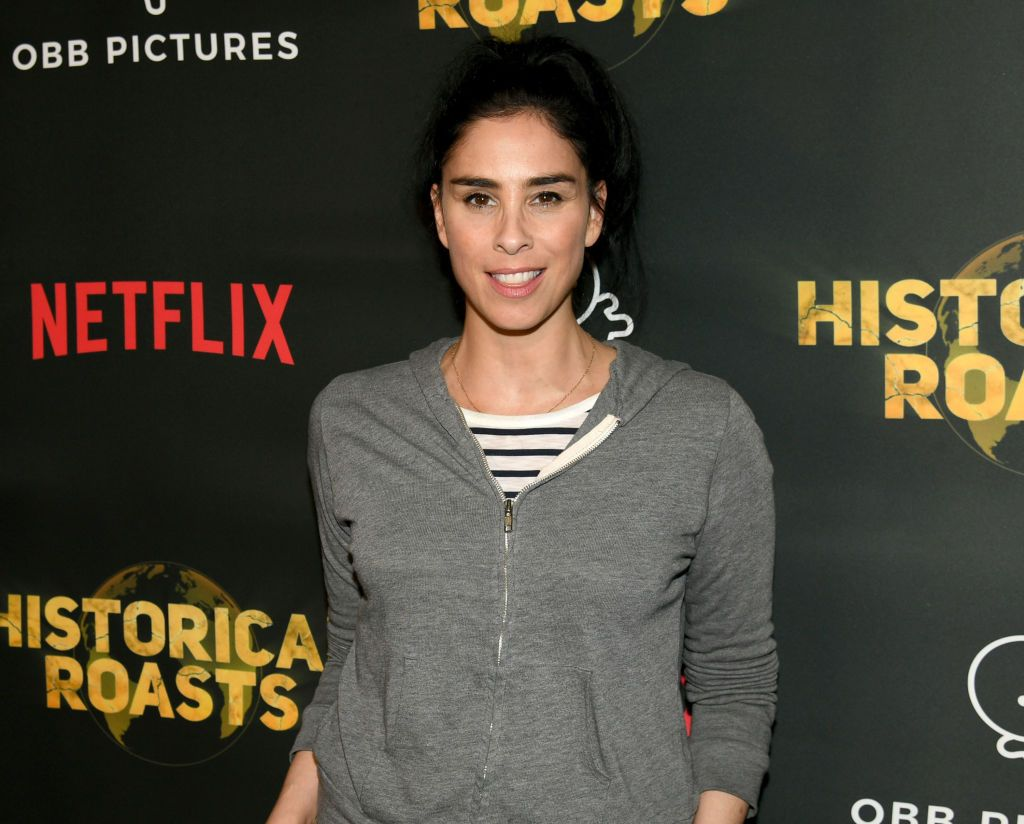 Actress and comedian #SarahSilverman fired from movie for wearing blackface in past sketch comedy episode. Details:  https:// buff.ly/2YSWKx5     .<br>http://pic.twitter.com/NVhBaFA1Dp