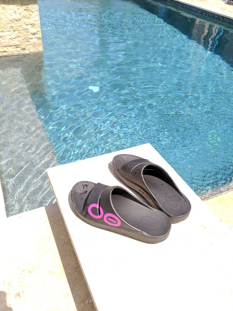 After the long run, It's full relax mode for the rest of the weekend, and nothing better to help the tired feet and legs than my @oofos recovery sandals.  If I can't wear them somewhere, I'd rather just not go.  #oofosBR #BibChat<br>http://pic.twitter.com/YgwFGhjqzH