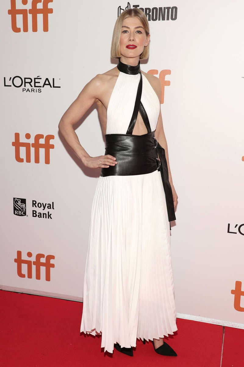 """Rosamund Pike walks the #TIFF19  red carpet for """"Radioactive"""" in a white gown with leather accents   http:// etcnda.com/rT5Smk    <br>http://pic.twitter.com/2FQbnfRpcP"""
