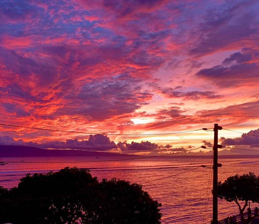 Lahaina Town was lit!  #mauisunset #lahaina #spectacle<br>http://pic.twitter.com/Bx6u6bYPQq