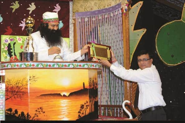 Automated Industry Ltd. was facing the problem not functioning of 6 or more fountains in a go. When the company adopted the technique introduced by Guru Ji, 130 fountains could be run at a stretch. For this Saint Ram Rahim Ji got Excellent Engineer Guidance Award. #EngineersDay <br>http://pic.twitter.com/SfKdOPpGRU