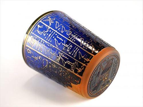 古代エジプトのロマンを感じる 象形文字を刻んだ青とオレンジのグラスが美しい