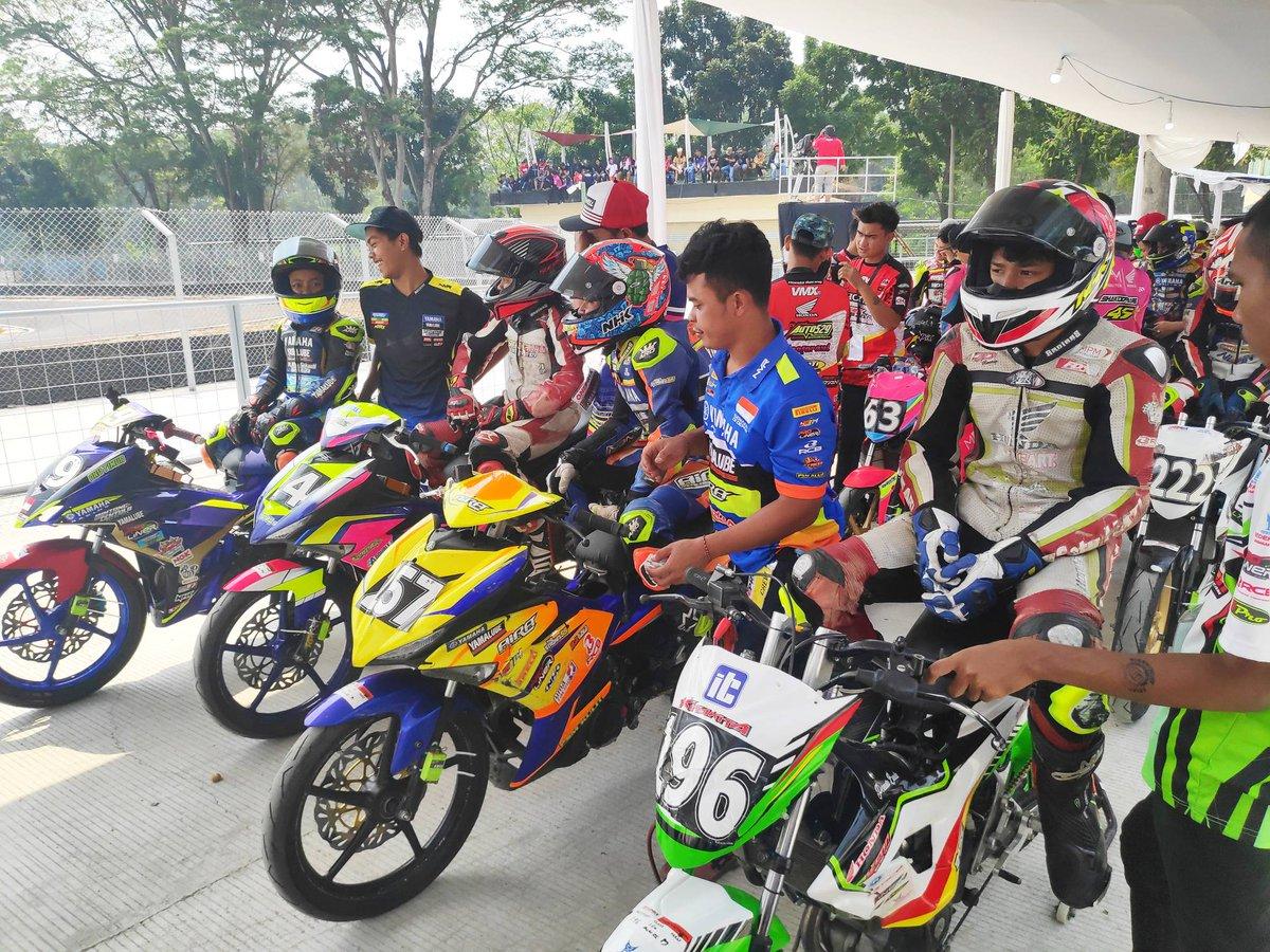 Para rider kelas Rookie sudah bersiap di waiting zone untuk melanjutkan race 2 kelas Rookie.#Oneprix #OneprixSentul