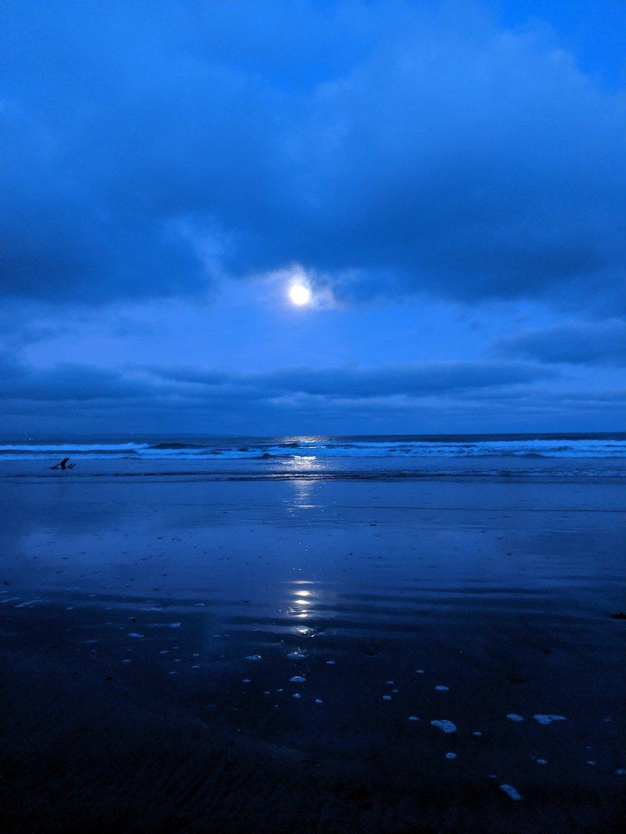 Full moon at dawn on Saunton beach. <br>http://pic.twitter.com/AVFioUxtS2