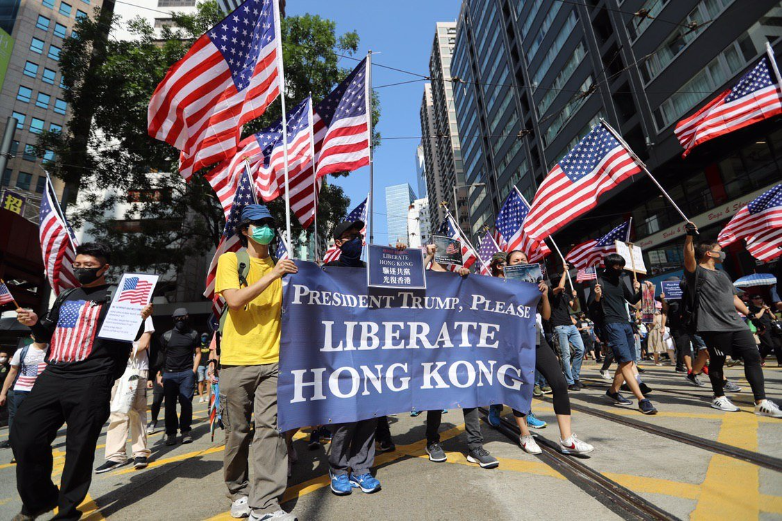 US flags waved at Sunday's banned protest.  The front of the march reached the originally-intended destination - Central's Chater Garden - at 3:15pm.  In full:  http:// bit.ly/extraditionhk    . Photo: @SiuSinGallery / HKFP. #hongkong #hongkongprotests #antiELAB <br>http://pic.twitter.com/6d9U6JKazK