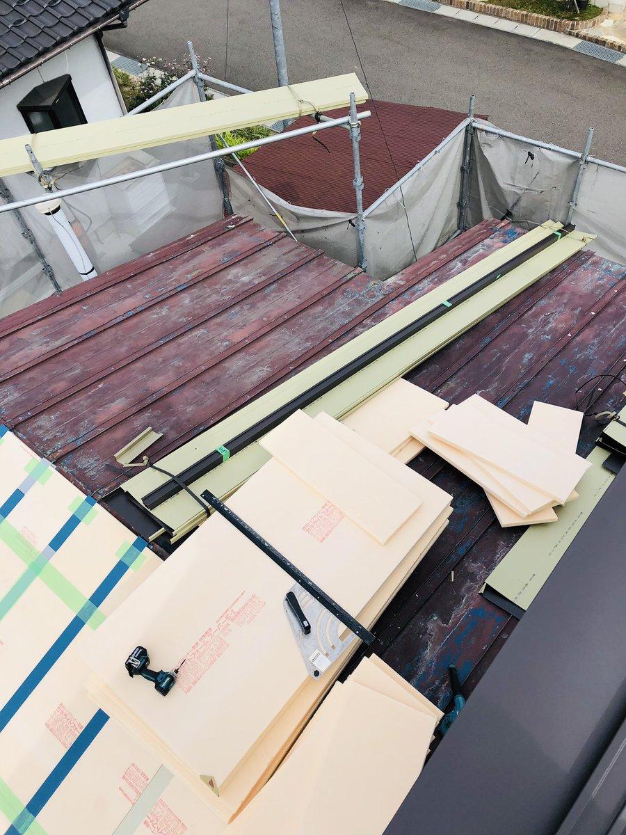 福島県 福島市 屋根葺替え工事  葺替え工事も着々と進んでいます❗️屋根材はガルバリウム鋼板を使用しての葺替えになります‼️ガルバリウム鋼板は非常に錆びにくく耐久年数も長いので、オススメの屋根材ですね❗️また軽いので耐震性も優れています‼️😁  #福島県 #福島市 #さゆり工務店 #ガルバリウム鋼板