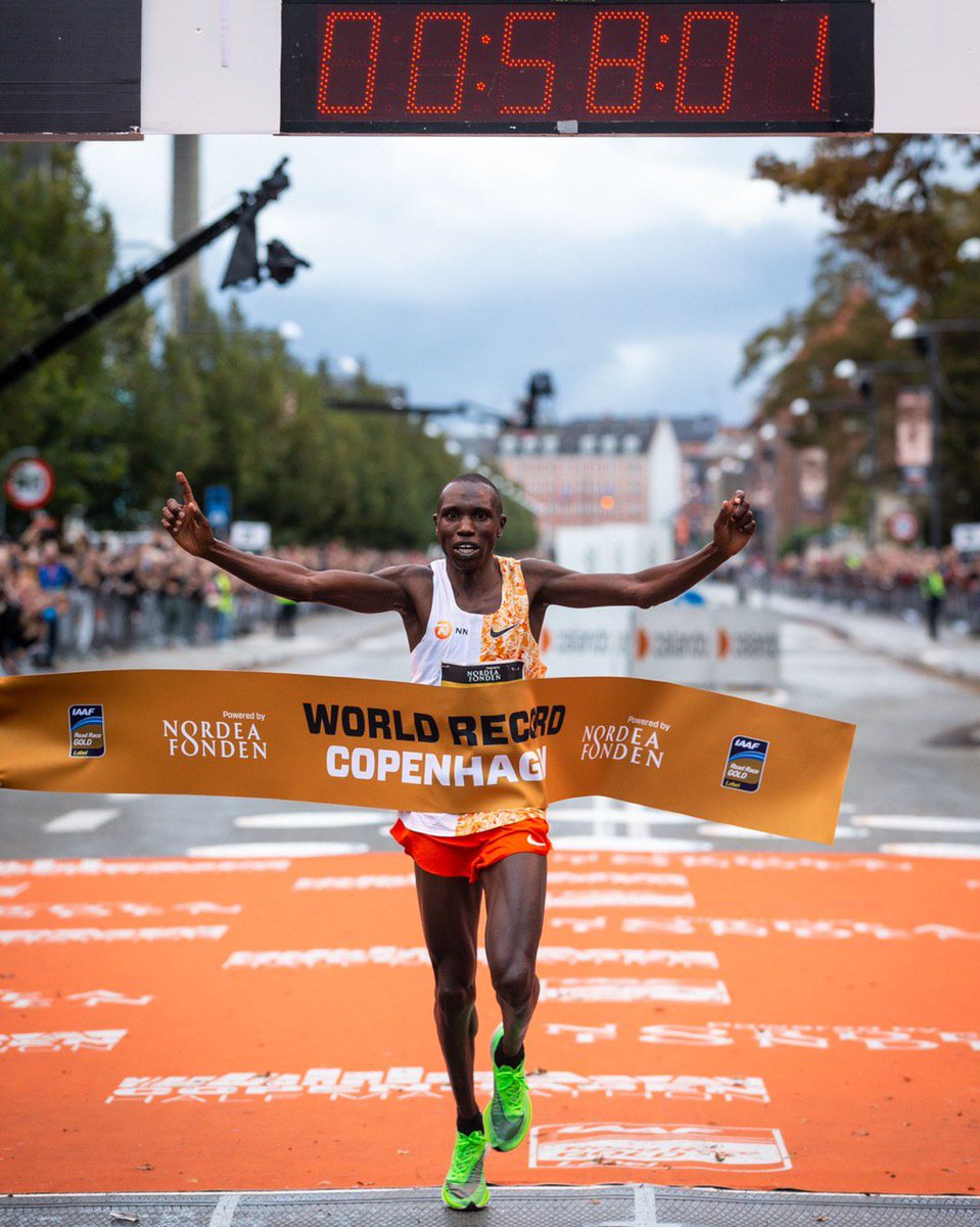 Geoffrey Kamworor sets a new world half marathon record in a dazzling time of 58.01!  Congratulations Geoffrey! <br>http://pic.twitter.com/bJN80J9ZFp
