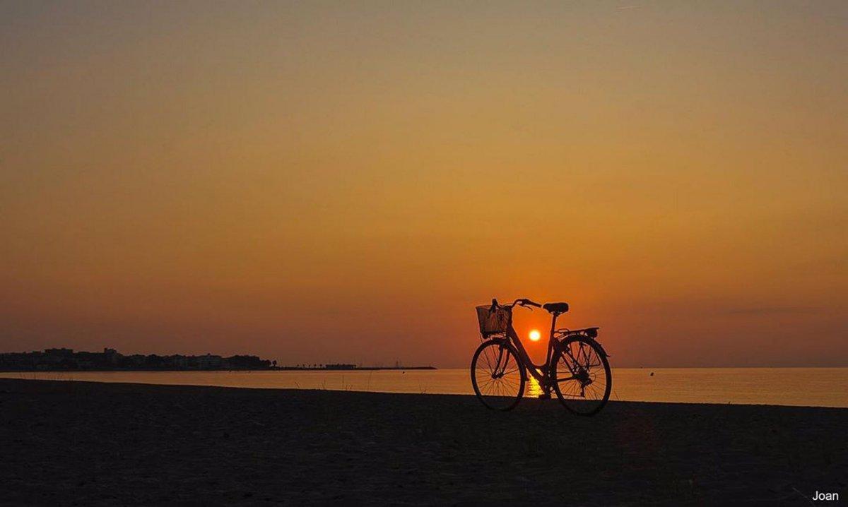 Bon dia! El diumenge estima la bicicleta. L'agafem i fem un passeig? Foto: @joannadalmarti #hospitaletdelinfant #lhospitaletdelinfant #catalunyaexperience #costadaurada #bici #relax #marimuntanya