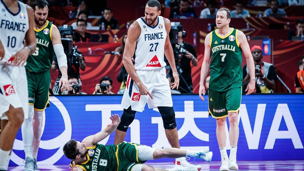 BOOMERS | Halftime.  🇦🇺Australia 30 - France 21🇫🇷  Joe Ingles is doing it all as the Boomers take a lead to the half.  Leaders ⬇️  Points: Ingles 12 Rebounds: Ingles 4 Assists: Dellavedova, Ingles 2  One half to go.  #GoBoomers #AustraliaGotGame #FIBAWC